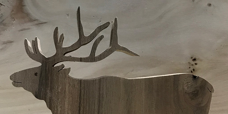 Wyraźnie widoczne linie cięcia zachwycają precyzją (na zdjęciu jeleń).