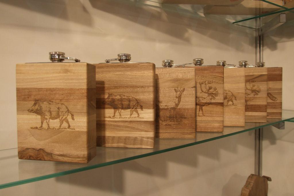 Piersiówki w drewnie orzechowym
