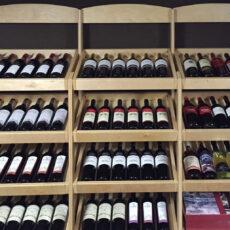 Drewniane regały i stojaki na wino