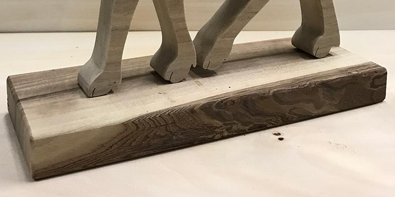 Każda figurka jest umieszczona na drewnianym postumencie (na zdjęciu renifer).